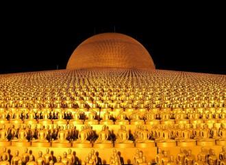 Vilele goldene Buddhas sitzen vor einem goldenem Tempel