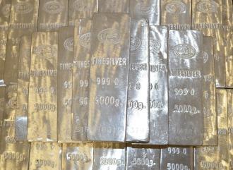 Viele Silbermünzen auf schwarzem Untergrund